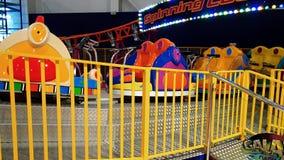 metragem 4k da atração do carro no parque de diversões no shopping Parque do entretenimento para crianças e adultos video estoque
