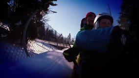 metragem 4K da atração ehjoying do trenó do inverno do pai e do filho video estoque