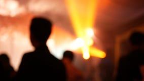 metragem 4K da dança abstrata do grupo de pessoas da silhueta do borrão com luz colorida no partido com divertimento vida noturno video estoque
