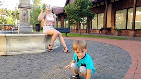 metragem 4k de bolhas de corrida e de travamento alegres do menino da criança do voo de sabão no parque filme