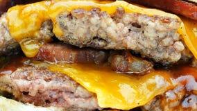 Metragem 4k de gerencio macro deliciosa do Hamburger ou do sanduíche vídeos de arquivo