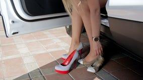 metragem 4k de sapatas em mudança dos planos do bailado do motorista fêmea 'sexy' aos saltos altos vídeos de arquivo