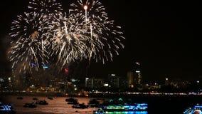 metragem 4K do festival real dos fogos-de-artifício no céu para a celebração na noite com opinião da cidade na flutuação do fundo video estoque