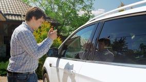 metragem 4k do homem novo que faz fotos de seu carro no telefone celular para a companhia de seguros filme