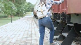metragem 4k a mulher asiática feliz do turista na estação de trem, caminhada ao trem e intensifica na escada curso em Ásia pelo t filme