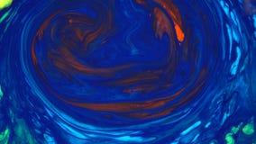 metragem 4k Tinta na água Tinta azul que reage na água que cria o fundo abstrato vídeos de arquivo
