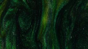 metragem 4k Tinta na água Tinta esmeralda de Gree que reage na água vermelha que cria o fundo abstrato vídeos de arquivo