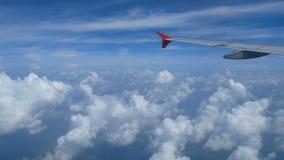 metragem 4k Viagem pelo ar Vista através de uma janela do avião avião e nuvem da asa no céu filme