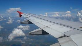 metragem 4k Viagem pelo ar a vista a?rea atrav?s de uma janela do avi?o com luz de len o alargamento Wing Airplane video estoque