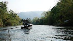 Metragem larga do ângulo do esporte de barco e da viagem transportar ao longo do rio Kwai filme