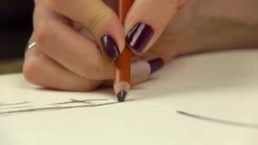 metragem Lento-mo A mão da menina do artista tira pelo lápis Close-up vídeos de arquivo