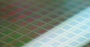 Metragem macro de uma bolacha de silicone durante a fabricação vídeos de arquivo