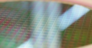 Metragem macro de uma bolacha de silicone durante a fabricação video estoque