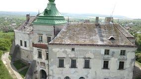 Metragem mooving rápida aérea do zangão ao castelo histórico e parque em Olesko vídeos de arquivo
