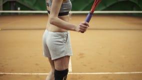 Metragem a partir de baixo do esportes, mulher de cabelos compridos com uma inabilidade física que joga o tênis Fim acima video estoque