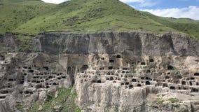 Metragem rápida aérea do movimento ao monastério da caverna de Vardzia em Geórgia vídeos de arquivo