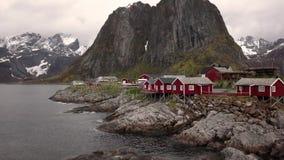 Metragem a?rea da aldeia piscat?ria pequena em ilhas de Lofoten em Noruega, destino popular do turista com seu vermelho t?pico video estoque