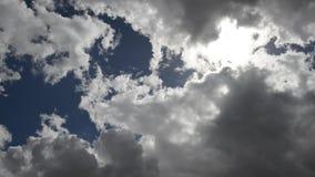 Metragem video do fundo das nuvens moventes rápidas filme