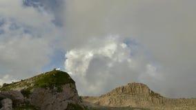 Metragem video do lapso de tempo das montanhas Carpathian em Romênia vídeos de arquivo