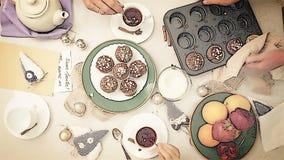 Metraggio accelerato: bunfight accogliente con i muffin casalinghi stock footage