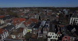 Metraggio aereo dei tetti e del canale della città nei Paesi Bassi Volo del fuco sopra le case in Olanda stock footage
