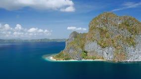 Metraggio aereo del cerchio intorno all'isola strabiliante di Pinagbuyutan EL Nido, Palawan, Filippine Paradise Ipil tropicale video d archivio