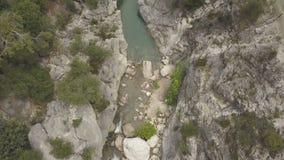 Metraggio aereo del fiume della montagna stock footage
