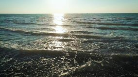 Metraggio aereo del fuco delle onde che precipitano verso la riva rocciosa alla spiaggia Il fuco vola dalla scogliera della monta archivi video