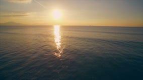 Metraggio aereo del fuco di bello oceano durante il tramonto video d archivio