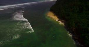 Metraggio aereo del fuco 4k delle onde di oceano che si rompono prima della riva Bali, Indonesia video d archivio