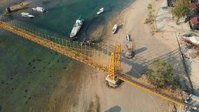 Metraggio aereo del fuco del ponte giallo che collega Nusa Lembongan con Ceningan in Bali, Indonesia video d archivio
