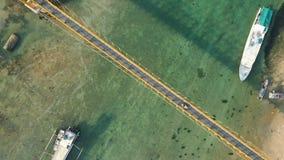 Metraggio aereo del fuco del ponte giallo che collega Nusa Lembongan con Ceningan in Bali, Indonesia stock footage