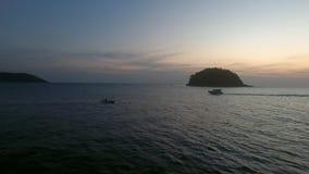 Metraggio aereo del fuco del volo sopra acqua calma, vicino all'isola selvaggia ed all'yacht che guidano nel ligh molle di tramon Fotografie Stock Libere da Diritti