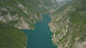 Metraggio aereo del lago Piva stock footage