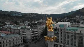 Metraggio aereo del monumento di libertà che descrive St George, Tbilisi, Georgia, bello colpo aereo del monumento di St George stock footage
