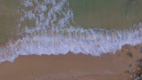 Metraggio aereo del movimento lento del fuco delle onde di oceano video d archivio