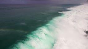 Metraggio aereo del movimento lento del fuco delle onde di oceano che si rompono prima della riva Bali, Indonesia stock footage