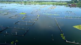 Metraggio aereo del villaggio del lago dell'acqua archivi video