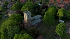 Metraggio aereo della chiesa della st Helen in Treeton, South Yorkshire stock footage