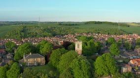 Metraggio aereo della chiesa della st Helen in Treeton, South Yorkshire archivi video