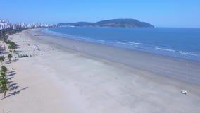 Metraggio aereo della spiaggia la città di Santos nello stato di Sao Paulo nel Brasile Luglio 2016 video d archivio