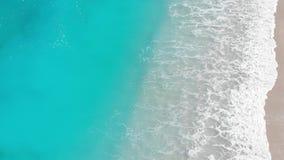 Metraggio aereo della spuma di rotolamento su litorale stock footage