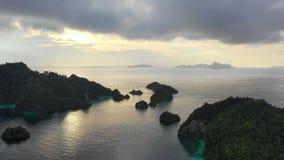Metraggio aereo delle isole del calcare e di tramonto in Raja Ampat archivi video