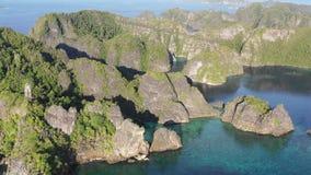 Metraggio aereo delle isole erose del calcare in Raja Ampat archivi video