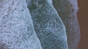 Metraggio aereo delle onde alla spiaggia mediterranea stock footage
