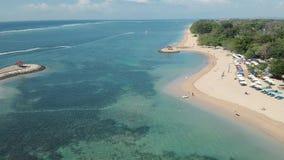Metraggio aereo di bella spiaggia di Sanur e la città nei precedenti in Bali Indonesia stock footage