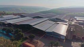 Metraggio aereo di grande azienda lattiera con i pannelli solari sui tetti video d archivio