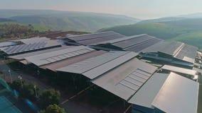 Metraggio aereo di grande azienda lattiera con i pannelli solari sui tetti archivi video