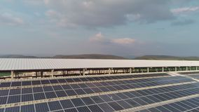 Metraggio aereo di grande azienda lattiera con i pannelli solari sui tetti stock footage
