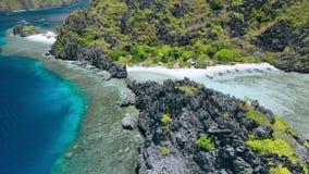Metraggio aereo di librazione del fuco sopra la laguna nascosta delle rocce della spiaggia della stella sull'isola di Tapiutan vi video d archivio